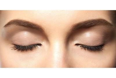 Fyldige øyenbryn